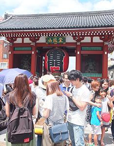 訪日外国人でにぎわう観光名所の東京・浅草雷門=撮影・金原基道