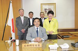馳浩前文科大臣(写真手前)(左)から中島正二理事長、中込武文副理事長、横山和広事務局長、宮川典子衆議院議員