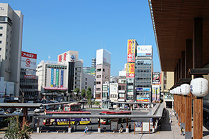 北陸新幹線の金沢延伸に合わせてリニューアルした駅ビル「MIDORI」(写真右端)。長野市唯一の百貨店「ながの東急」(写真中央左)は競合に苦戦が続く