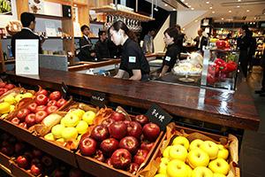 リンゴをはじめ豊富な野菜・果実素材に恵まれる甲信エリア(都内の長野県情報発信拠点「銀座NAGANO」)