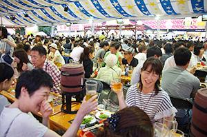 札幌夏の風物詩「さっぽろ大通ビアガーデン」。暑さが到来した後半戦の盛り返しで、来場者、ビール消費量とも前年比6%増の伸びとなった