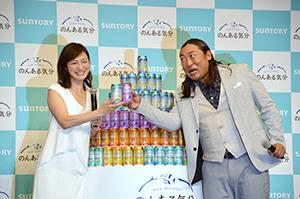 広末涼子(左)と秋山竜次