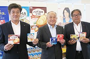 新商品の紹介と今後の方針を示す左から三井基史乳食品営業部長、松田克也常務執行役員加工食品営業本部長、河原恒調理食品営業部長
