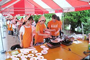 「防災料理」を参加者に振る舞う学生