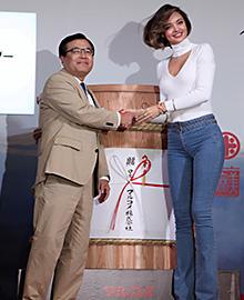 世界的ファッションモデルのミランダ・カーを「発酵食アンバサダー」に幅広い消費者層への訴求強化を図る(左は青木時男社長)