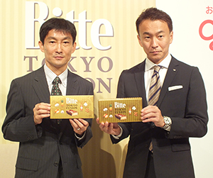 三橋正一JR東日本リテールネット取締役(左)と小林正典江崎グリコマーケティング本部チョコレートカテゴリーマネージャー