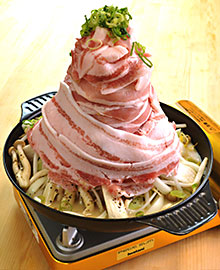 エバラが提案するタワー肉なべ。野菜が土台に盛られて意外に肉量は少ない
