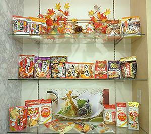 製粉会館1階の展示スペースには各社のプレミックス製品を陳列
