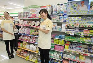 メディカルフーズをアピールする管理栄養士。ファミリーマートは病院立地の56店にメディカルフーズを導入している