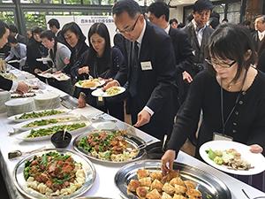"""来場者は、""""日本一の味噌""""を使ったオリジナル料理に興味津々"""
