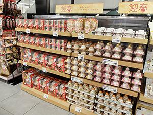 小売店にとっても年内最後のヤマ場である鏡もち。11月から売場展開する店舗も多い(イオンスタイル板橋前野町、東京都板橋区)