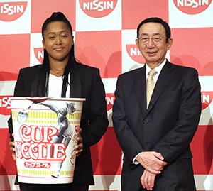 安藤宏基社長・CEO(右)と大坂なおみ選手