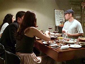 料理は100種類以上。右は中山健次さん=タイ・バンコクの「ケンジズラボ」で。提供写真