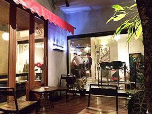 テラスのある「ケンジズラボ」はおしゃれ感いっぱいだ=タイ・バンコクで。提供写真