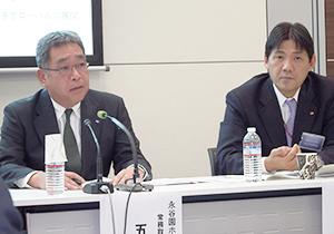 会見に臨む五十嵐仁常務(左)と掛谷浩志執行役員。五十嵐常務は「不得手だった海外を伸ばして成長する」と訴えた