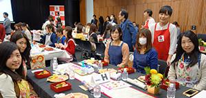 料理家SHIORIさん(右)と参加者