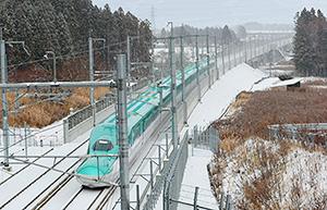 雪景色に映える北海道新幹線