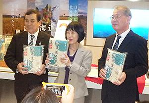 上海でゆめぴりかをPRする高橋はるみ北海道知事(中央)と佐藤俊彰ホクレン会長(左)、三澤正博木徳神糧専務