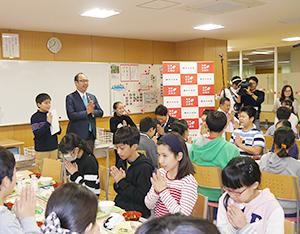 農水省の細田政務官(中央)の先祖・国土への謝辞で食事を始めた