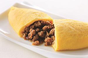 超粗挽きのラム肉、玉ネギ、モヤシをジンギスカンのタレで煮込みオムレツに包んだ料理。ラム肉の独特な風味がフワフワと卵と絶妙にマッチ