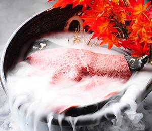 ドライアイスのスモーク効果は約1分。皿はドラデコのために作られた特注品