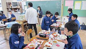 外食産業では野菜高騰、消費増税などの影響が大きい。学校給食では休止報道も