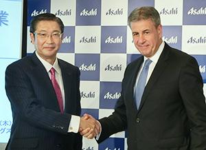アサヒGHDの小路明善社長(左)とSABミラー社の幹部だったアサヒヨーロッパ社のヘクター・ゴロサベルCEO