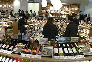 円形に陳列されたワインコーナーは店内でも見せ場のひとつ