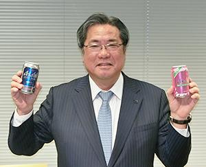 春限定のピンクのパッケージ(右)と「エクストラハード」を手に総需要拡大を宣言