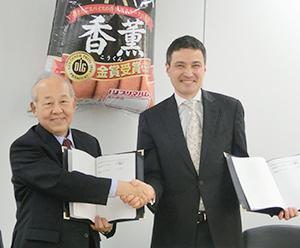 プリマハム本社で調印式を行った松井鉄也社長(左)とトーベン・イェンセンレゴランドジャパン社長