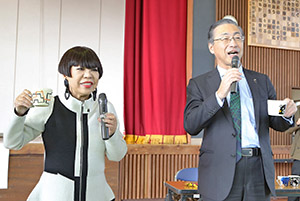 コシノジュンコ氏(左)と品田英明社長
