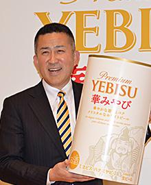 白ビール「華みやび」を手にし、アピールする高島英也社長