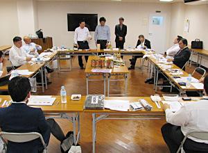 メーカーの商品説明を聞く商品委員会参加者