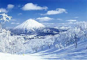 眺望も美しい冬の羊蹄山(倶知安町提供)