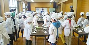エリア小学校で開催したバター作り教室