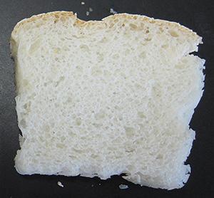 ふっくらした米粉パン断面(写真=農研機構)