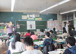 都内小学校で給食時間に行われている食育
