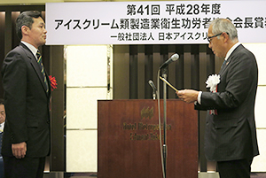 野口純一会長(右)が表彰状と記念品を授与