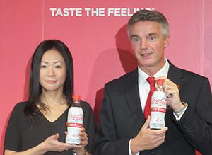 「コカ・コーラ プラス」を手にする小林香予ディレクター(左)とティム・ブレット社長