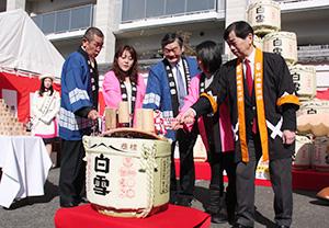 鏡開きを行う小西新太郎社長(右から3人目)と藤原保幸市長(右端)=「第20回白雪蔵まつり」