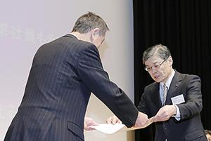 表彰状を授与される滝沢昌彦常務(右)