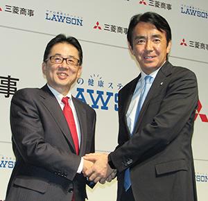 両社の関係を「同志」と表現した竹増貞信ローソン社長(右)と京谷裕三菱商事常務執行役員