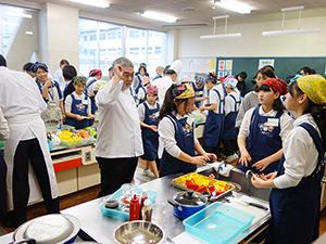 調理実習で厳しい指導も与える三國清三シェフ