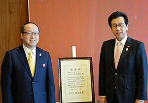 セコマ丸谷智保社長(左)と秋元克広札幌市長