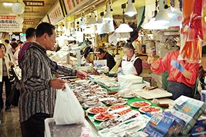 観光客も訪れる函館の場外市場