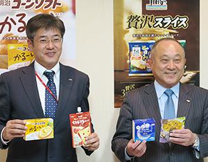 松田克也常務執行役員加工食品営業本部長(右)と三井基史同本部乳食品営業部長
