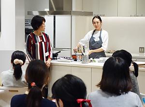 冷食活用メニューを調理する大島菊枝氏(右)と三浦佳子部長