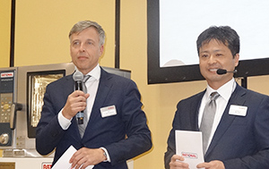 会見するペーター・シュターデルマン独AGラショナルCEO(ドクター)(左)と納土弘史ラショナルジャパン社長