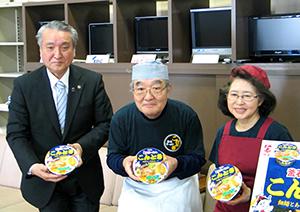 「明星こんとき釜石らーめん」をPRする野田武則市長(左)と紺野夫妻