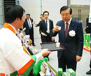 礒崎陽輔農水副大臣(右)は各ブースを回って試食・試飲